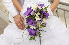 Bruid met huwelijksboeket Stock Foto