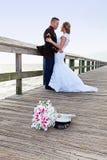 Bruid met militaire bruidegom stock afbeeldingen