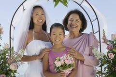 Bruid met Moeder en Zuster in openlucht Royalty-vrije Stock Foto's