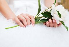 Bruid met pioen in handen royalty-vrije stock foto's