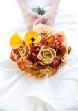 Bruid met Roze Boeket Stock Afbeelding