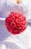 Bruid met roze rozen royalty-vrije stock fotografie