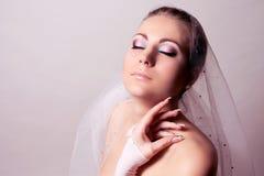 Bruid met sluier en roze make-up Stock Foto