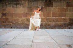 Bruid met tennisschoenen Stock Foto's