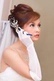 Bruid om op celtelefoon te spreken Stock Afbeeldingen