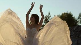 Bruid omcirkelende en golvende kleding stock video