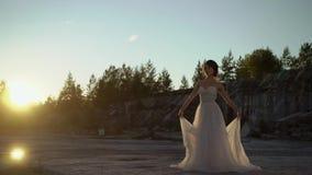 Bruid omcirkelende en golvende kleding stock videobeelden