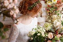 Bruid onder de herfstbloemen Stock Fotografie