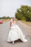 Bruid op de weg Royalty-vrije Stock Afbeelding