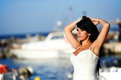 Bruid op een haven in Santorini, GRIEKENLAND Royalty-vrije Stock Foto