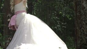 Bruid op een schommeling in huwelijksdag stock footage