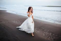 Bruid op een strand in het blauwe water royalty-vrije stock foto