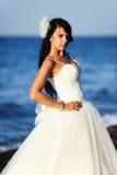 Bruid op een strand in Santorini, GRIEKENLAND Royalty-vrije Stock Afbeeldingen