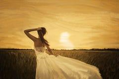 Bruid op geel gebied op zonsondergang Stock Foto's
