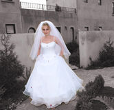 Bruid op haar manier aan kerk stock foto's