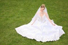 Bruid op het gras Royalty-vrije Stock Afbeeldingen