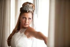 Bruid op het venster Stock Foto's