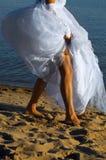 Bruid op het zand royalty-vrije stock foto's