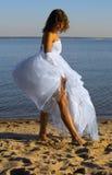 Bruid op het zand royalty-vrije stock fotografie