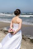 Bruid op zee stock afbeelding