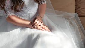 Bruid` s ochtend Fijn kunsthuwelijk de handen van een bruidclose-up liggen op een wit binnen kleden huwelijksconcept stock video