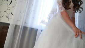 Bruid` s ochtend Fijn kunsthuwelijk de handen van een bruidclose-up liggen op een wit binnen kleden de levensstijl van het huweli stock video