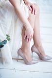 Bruid` s voeten in schoenen stock afbeelding