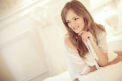 Bruid in slaapkamer Stock Fotografie