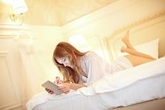 Bruid in slaapkamer Royalty-vrije Stock Foto's
