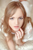 Bruid in slaapkamer Stock Foto's