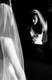 Bruid in spiegel Stock Afbeeldingen