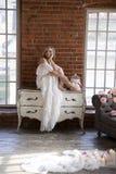 Bruid stellende zitting op uitstekende opmaker Royalty-vrije Stock Foto