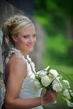Bruid tegen een steenmuur Stock Afbeelding
