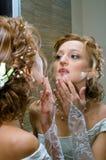 Bruid tegen spiegel Stock Foto