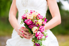 Bruid in toga met bruids boeket Stock Afbeeldingen