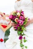 Bruid in toga met bruids boeket en duiven Stock Foto
