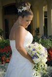 Bruid in tuin Stock Afbeeldingen