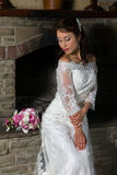 Bruid voor open haard Stock Foto