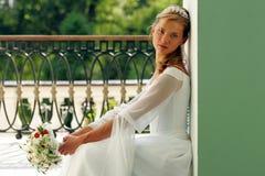 Bruid in witte huwelijkskleding Stock Foto's