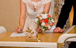 Bruid in witte kleding Stock Afbeeldingen