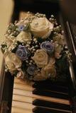 Bruid in witte kleding Bruids boeket en champagneglazen Royalty-vrije Stock Fotografie