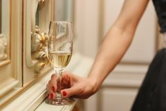 Bruid in witte kleding Bruids boeket en champagneglazen Stock Afbeelding