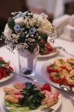 Bruid in witte kleding Bruids boeket en champagneglazen Stock Fotografie