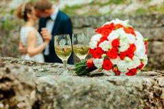 Bruidboeket met glas champagne stock afbeeldingen