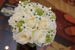 Bruidboeket met witte rozen stock foto