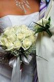 Bruidegom boutonniere en de bloemen van de bruid Stock Foto's