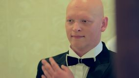 Bruidegom Checking His Look in de Spiegel stock video