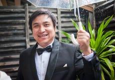 Bruidegom in de regenende tuin Royalty-vrije Stock Fotografie