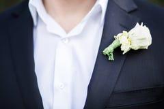 Bruidegom dichte omhooggaand met knoopsgat stock foto
