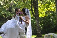 Bruidegom die de bruid kust Royalty-vrije Stock Fotografie